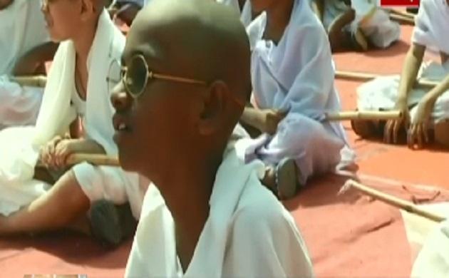महात्मा गांधी जयंती: गांधी जी के लिबास में दिखे छोटे बच्चे