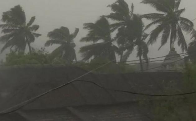 चक्रवाती तूफान 'तितली' के आज ओडिशा पहुंचा, देखें वीडियो