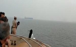 सुरक्षा इंतजाम को नजरअंदाज कर महाराष्ट्र CM की पत्नी ने ली सेल्फी, Video वायरल