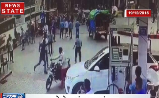 विडियो: बीजेपी नेता के परिजनों ने पेट्रोल पंप कर्मचारी को पीटा