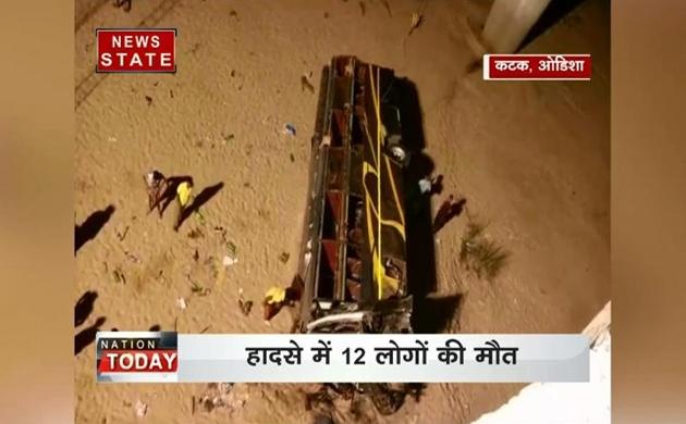 ओडिशा के कटक में यात्रियों से भरी बस नदी में गिरी
