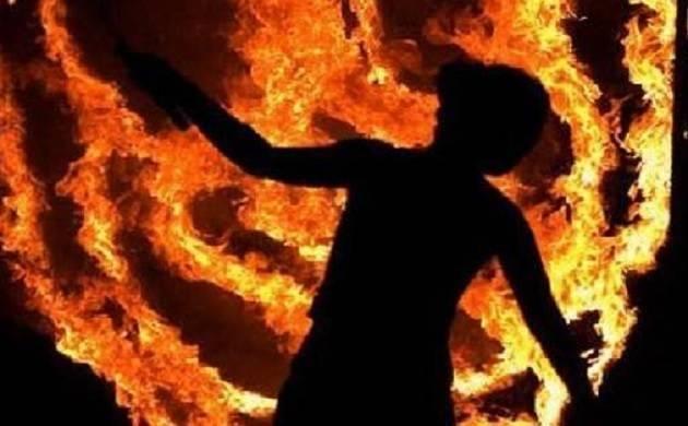 उत्तर प्रदेश : महिला से पहले की छेड़छाड़, फिर लगा दी आग