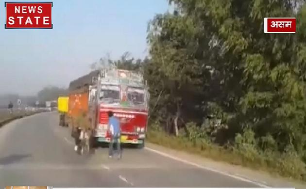 Assam: नगरिकता संशोधन बिल पर घमासान, सड़को पर उतरे प्रदर्शनकारी