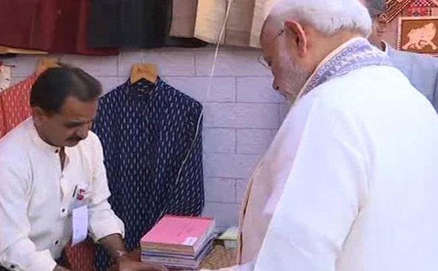 Vibrant Gujarat: आम ग्राहक की तरह पीएम नरेंद्र मोदी ने खरीदा जैकेट