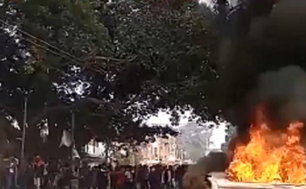 बिहार: लड़की का शव मिलने से नाराज़ लोगों ने कार में लगाई आग
