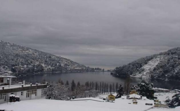 नैनीताल: कहीं बर्फबारी के बीच सेल्फी तो कहीं बर्फ से खेलते टूरिस्ट, माइनस में पहुंचा पारा