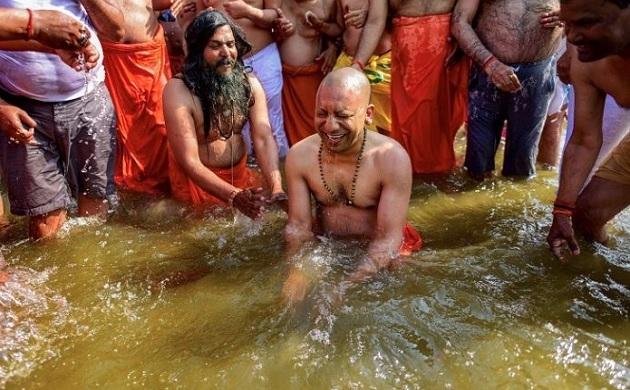 Kumbh mela 2019: सीएम योगी ने मंत्रियों के साथ संगम में  लगाई डुबकी