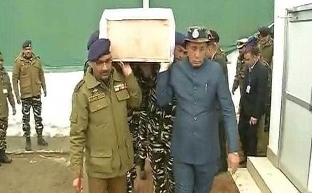 Pulwama Attack: शहीद जवानों के पार्थिव शरीर को कंधा दे रहे हैं गृह मंत्री राजनाथ सिंह