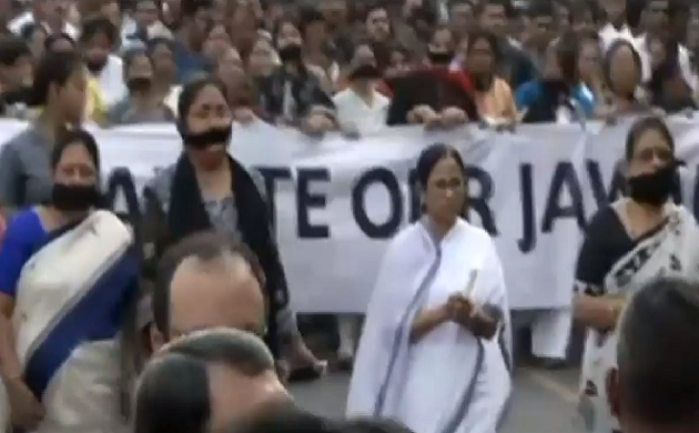 कोलकाता में दीदी का कैंडल मार्च, जवानों के समर्थन में ममता बनर्जी