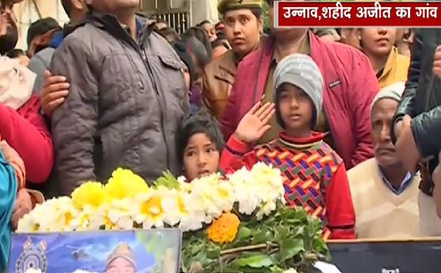 Pulwama Attack: सात साल की बेटी ने अपने पिता शहीद जवान अजीत को दी अंतिम विदाई