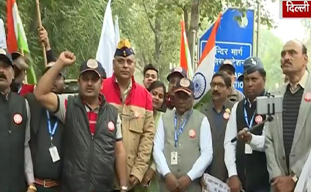 Delhi: शहीद जवानों के हक के लिए पूर्व सैनिक उतरे प्रदर्शन के लिए