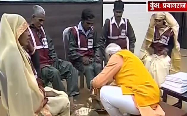 Kumbh 2019: PM नरेंद्र मोदी ने धोए सफाई कर्मचारियों के पैर