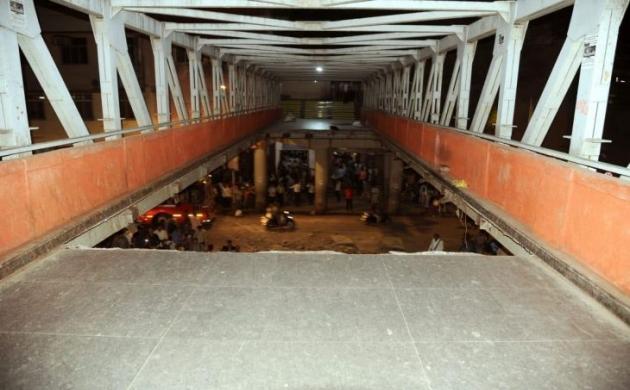 मुंबई: फुटओवर ब्रिज गिरने से हादसा, सुनिए स्थानीय लोगों की प्रतिक्रिया