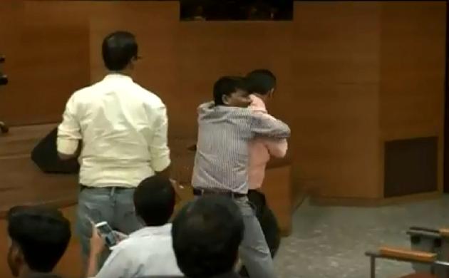 दिल्ली में BJP की प्रेस कॉन्फ्रेंस के दौरान एक शख्स ने फेंका जूता