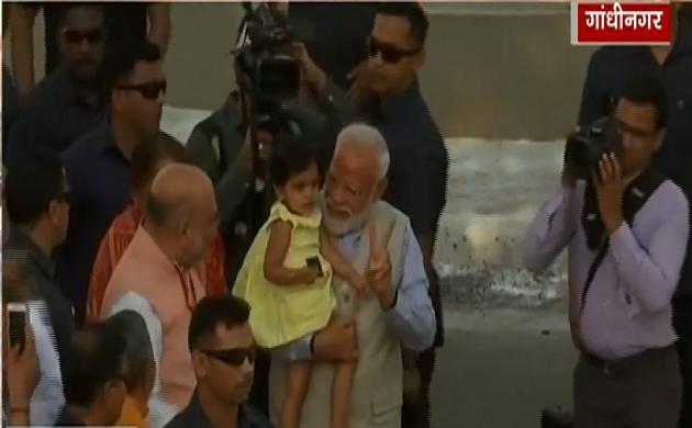Lok Sabha Election 3rd Phase : मां से मुलाकात के बाद वोट डालने पहुंचे PM नरेंद्र मोदी