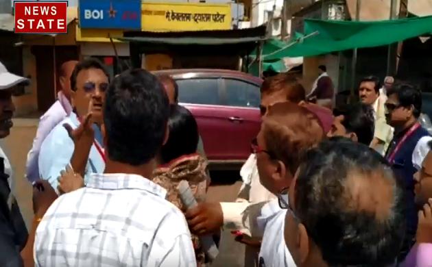 Madhya pradesh : वोटिंग के दौरान पूर्व बीजेपी नेता और कांग्रेस नेता के बीच नोंकझोंक