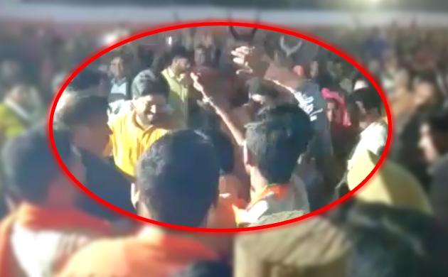 पीएम मोदी की जनसभा में युवक ने दिखाया काला झंडा, भाजपाइयों ने जमकर पीटा