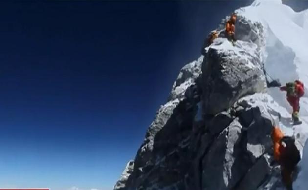 एवरेस्ट पर हुआ ट्रैफिक जाम, 18 पर्वतारोहियों की हुई मौत
