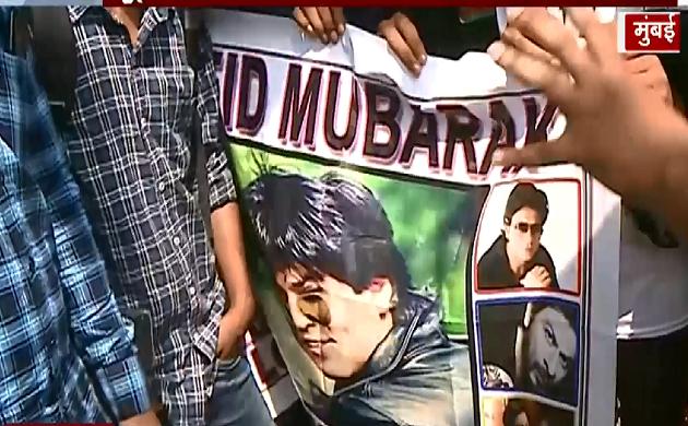 Eid Mubarak : Shahrukh Khan के घर के बाहर प्रशंसकों की भीड़
