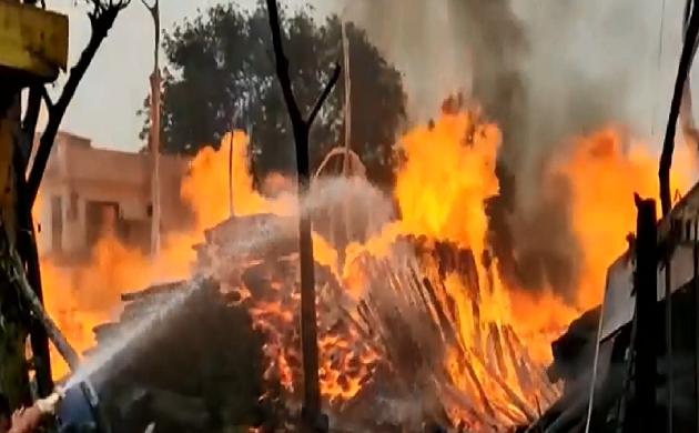 Jammu kashmir : लकड़ी के गोदाम में लगी भीषण आग, लाखों की लकड़ियां जलकर खाक