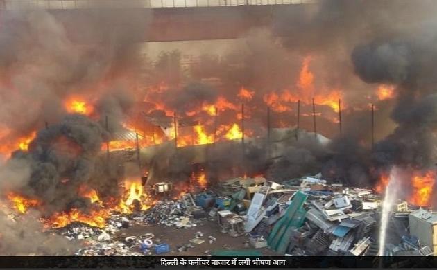 Delhi: कालिंदी कुंज की फर्नीचर मार्केट में लगी भीषण आग, हर जगह दिखा धुएं का गुबार, देखें वीडियो