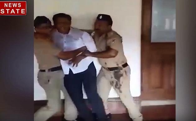 महाराष्ट्र : BMC के मुख्यालय में युवक ने अपने ऊपर केरोसिन छिड़ककर की आत्मदाह की कोशिश, रोंगटे खड़े कर देगा यह वीडियो
