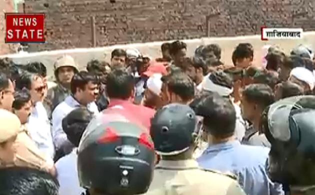 Breaking : गाजियाबाद के अर्थला में तनाव, प्रशासन-स्थानीय लोग आमने-सामने
