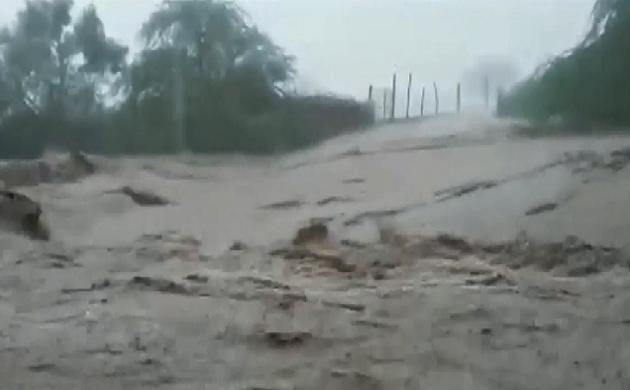 Gujarat : भावनगर के कई गांवों में घुसा पानी, बारिश में बह गई सड़कें