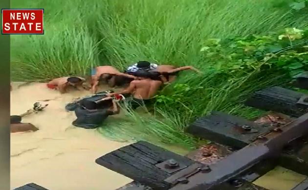 Bihar : भारी बारिश बनी आफत, बाइक समेत युवक गिरा नदी में