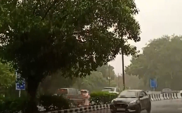 Breaking : दिल्ली में तेज हवा के साथ बारिश, गर्मी से मिली राहत
