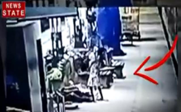 Viral Video : सिर्फ 3 सेकेंड में बच्चा चोरी, देखिए कैसे बच्चा चोरनी उठा ले गई मासूम को