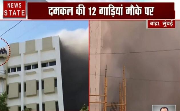 Mumbai: बांद्रा- MTNL बिल्डिंग में लगी भीषण आग, 100 लोगों के फंसे होने की आशंका, देखें वीडियो