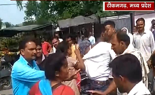 Madhya pradesh : मनचले की जमकर धुनाई, युवती ने लाठी-डंडों से पीटा