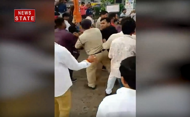 Madhya Pradesh: जबलपुर में बीजेपी नेता की दबंगई, साथियों के साथ मिलकर पुलिसकर्मी के साथ की हाथापाई