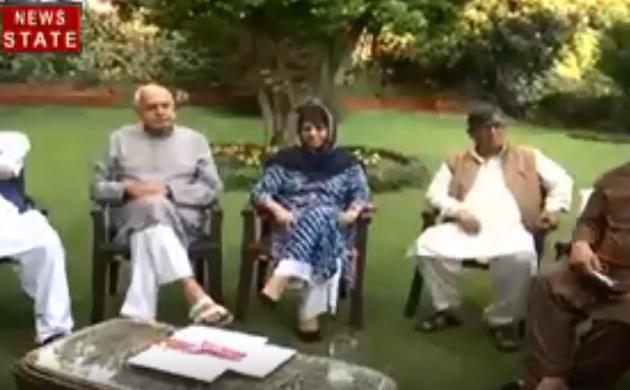 Jammu Kashmir: जम्मू-कश्मीर से 370 हटने के बाद महबूबा और उमर अब्दुल्ला को हिरासत में लिया गया