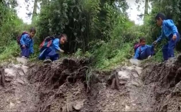 Uttarakhand: स्कूल जाते ये बच्चे हैं असली खतरों के खिलाड़ी, Video हुआ वायरल