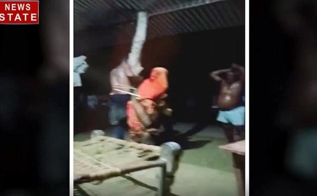 Uttar Pradesh: देखिए सुल्तानपुर में प्रेमी जोड़े को पेड़ से बांधकर कैसे हैवान बरसा रहे हैं डंडे
