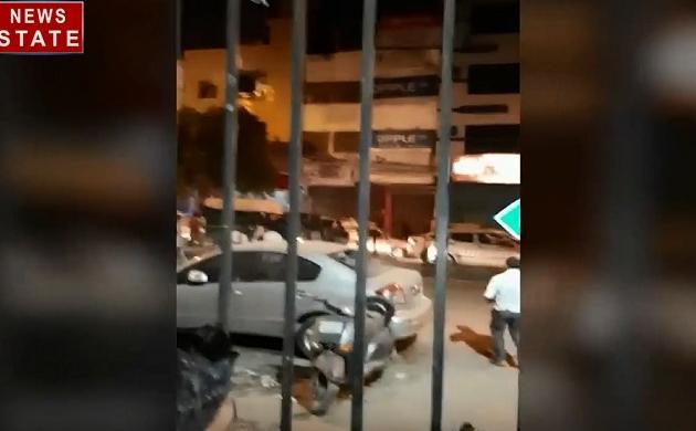 Delhi: रविदास मंदिर तोड़ने से नाराज प्रदर्शकारियों ने जमकर की तोड़फोड़, घंटों जाम में फंसी रही दिल्ली