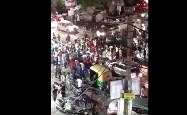 दिल्ली के दरिंदेः लड़की को छेड़ने वालों ने भीड़ पर चढ़ा दी कार