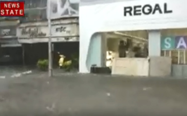 Mumbai: देखिए कैसे बारिश के बेहाल हुई मुंबई, पानी में डूबी मायानगरी