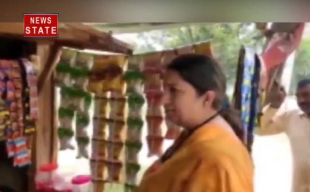 Video: चिप्स खरीदने दुकान पर पहुंचीं स्मृति ईरानी, दुकानदार को दी ऐसी नसीहत