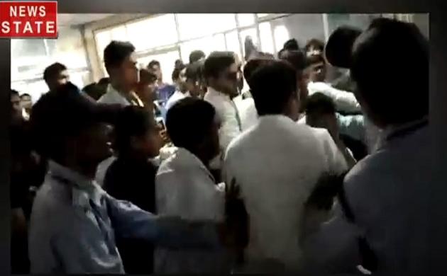 Uttar pradesh: देखिए लखनऊ में MBBS के छात्रों ने कैसे बेरहमी से की  संविदा कर्मचारियों की पिटाई