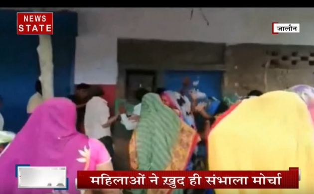जालौन: शराब के ठेकों को लेकर महिलाओं का हल्ला बोल, जमकर की तोड़फोड़
