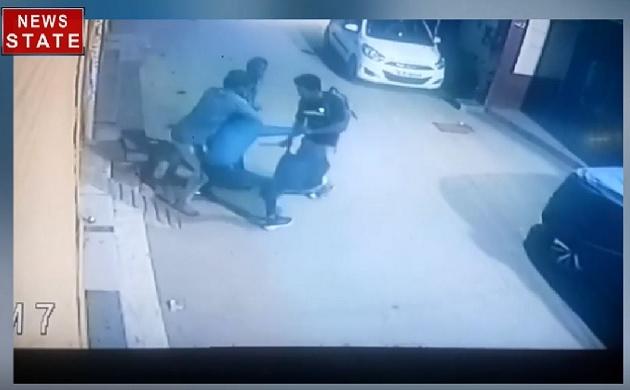 दिल्ली में बेखौफ बदमाश, युवक को मारा चाकू, मौके पर ही हुई मौत