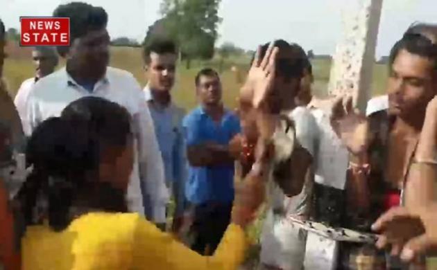लड़की ने ग्रामीणों की मदद से मनचलों को पकड़ा, फिर खंभे से बांधकर चप्पलों से पीटा