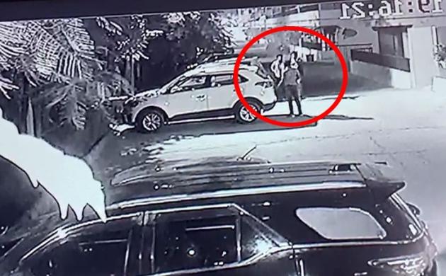 ग्रेटर नोएडा में अपराधियों ने बिल्डर पर चलाई दनादन गोली, Video देख कांप जाएगी रूह