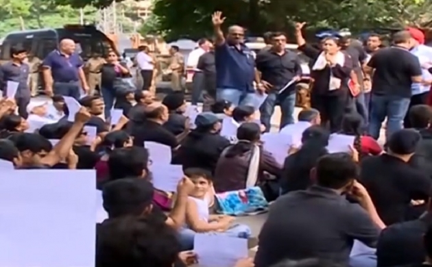 आरबीआई के सामने पीएमसी खाताधारकों ने किया प्रदर्शन