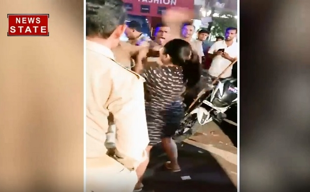 Uttar pradesh: देखिए कैसे यूपी के 10 पुलिस वाले एक महिला के साथ कर रहे हैं बदसलूकी