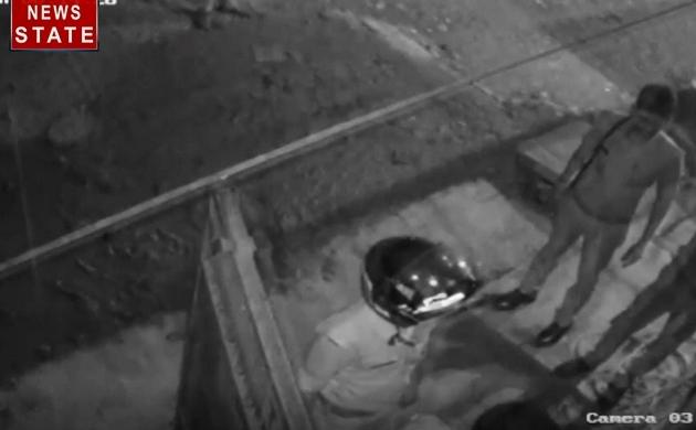 Viral Video: यूपी पुलिस की शर्मनाक हरकत, फर्जी केस में लोगों को फंसा रहे हैं पुलिसवाले