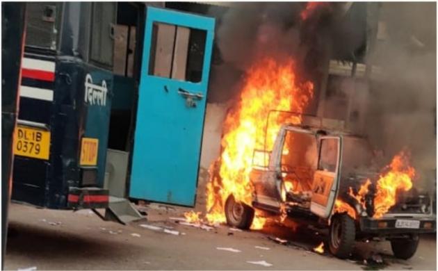 Delhi Court: पुलिस ने गोली चलाने के बाद वकीलों को खूब पीटा, देखें Video में